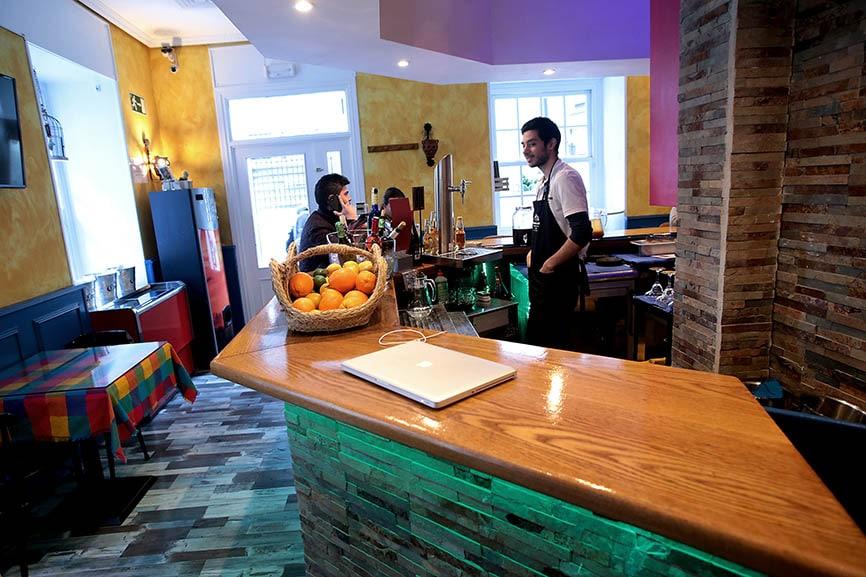 La cocina de La Esquina Mexicana abre de forma ininterrumpida, de 13:30 a 23:30 horas. Foto: Juan Carlos Rojas
