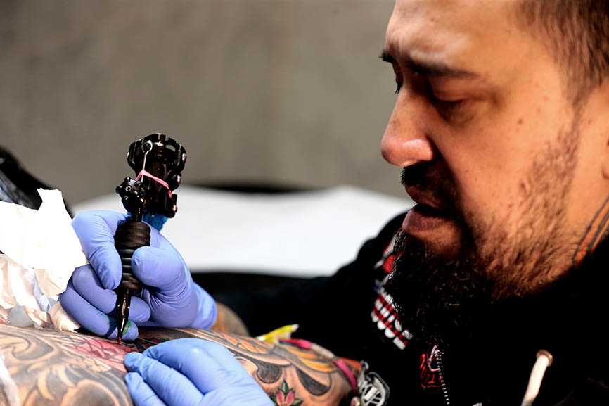 El tatuador de Tepito que triunfa en Madrid