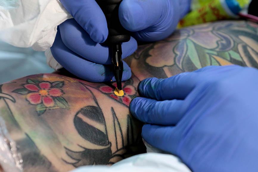 Este tatuador mexicano ha trabajado vendiendo tacos, en la música, se ha recorrido medio mundo, pero afirma que su vida es el tatuaje.