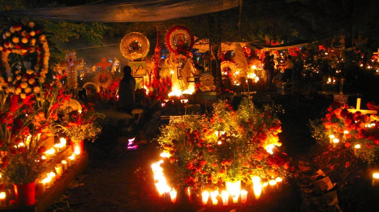 Uno de los panteones más bonitos de México es el de Janitzio, sobre todo en día de muertos.