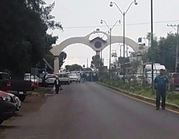 Comuneros de Michoacán cierran el pueblo y retienen a autoridades municipales, piden localizar a tres jóvenes secuestrados