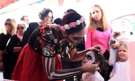 Vivir el Día de Muertos en Madrid desde el montaje de un altar