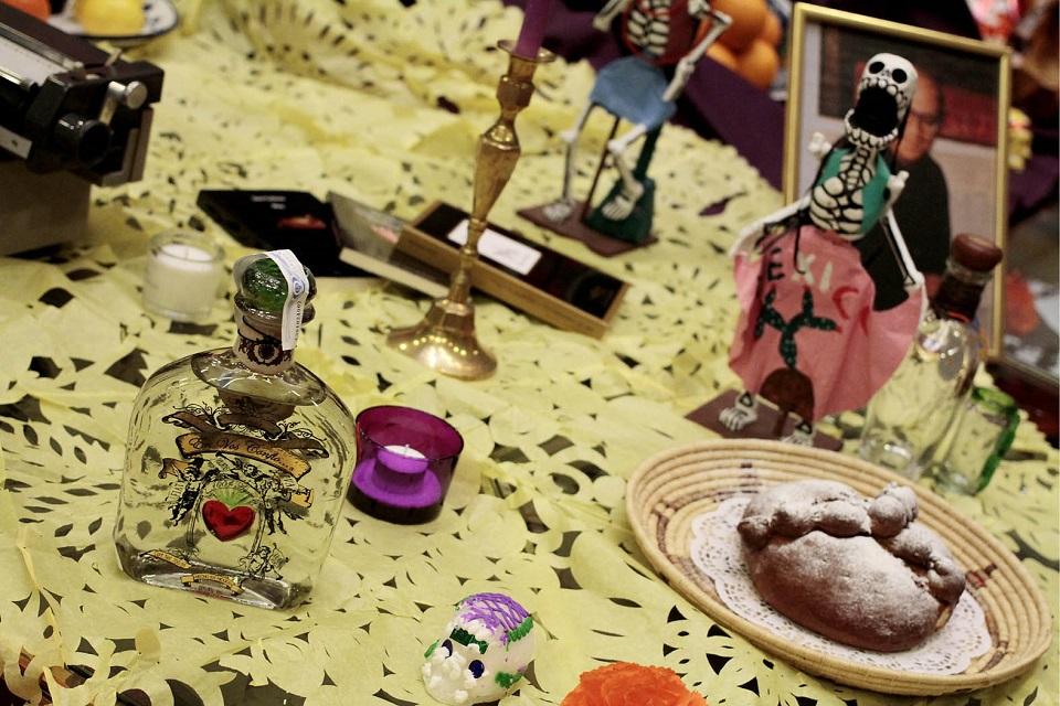 Dedican altar de muertos a escritores fallecidos en Insttuto Cer