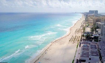 Autoridades de turismo en Cancún garantizan playas libres de sargazo