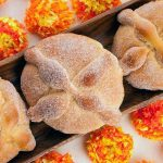 Pan de muerto: de tradición sangrienta a manjar de postre