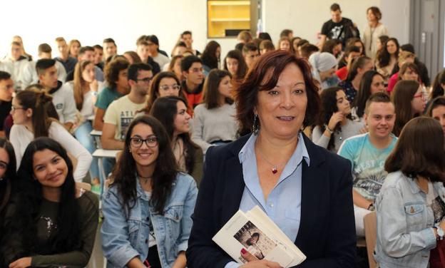 Mujer que vende libros para hacer la revolución